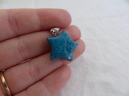 Handmade turquoise glitter ster bedel - middel groot