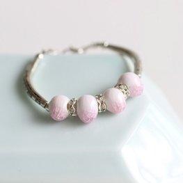 Armband keramiek kraal roze/wit