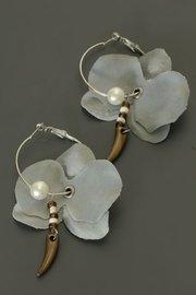 Grijze bloem oorbellen (parel)
