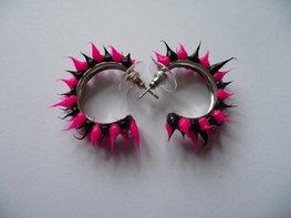 Rubber spike oorbellen Zwart/ neon roze