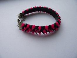 Rubber spike armband zwart/neon roze