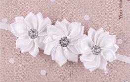 Elastische haarband met 3 bloemen wit