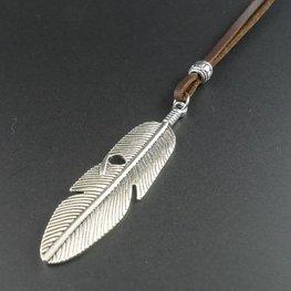 Leren veter ketting met veren hanger