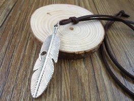 Leren veter ketting met veer hanger