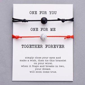Giftcard met 1 rode en 1 zwarte armband