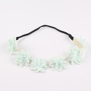 Elastische bloemen haarband met 6 stoffen bloemen in zacht groen