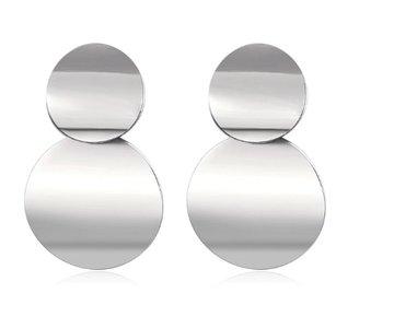 Oorbellen van zilverkleurige rondjes boven elkaar