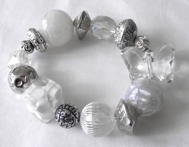Elastische armband met vlinder - wit