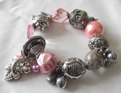 Elastische kralen armband met bedels zilver/roze