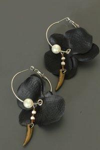 Zwarte bloem oorbellen (parel)