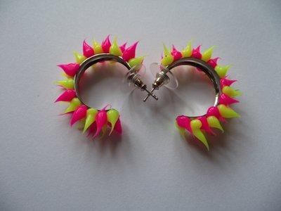 Rubber spike oorbellen Neon roze/neon geel