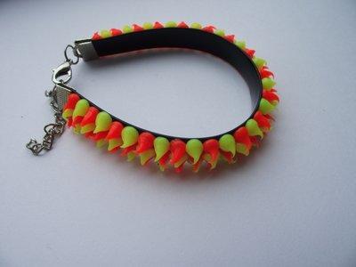 Rubber spike armband neon geel/neon oranje