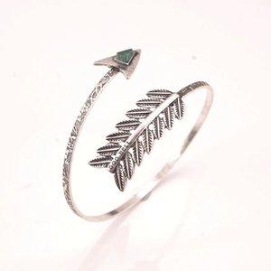 Upper armband arrow - zilverkleurig met een groene steen